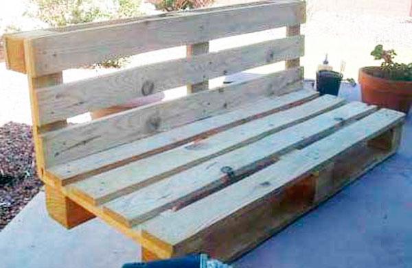 скамейка со спинкой из поддонов