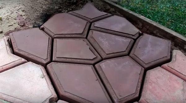 садовая дорожка из пластиковых форм