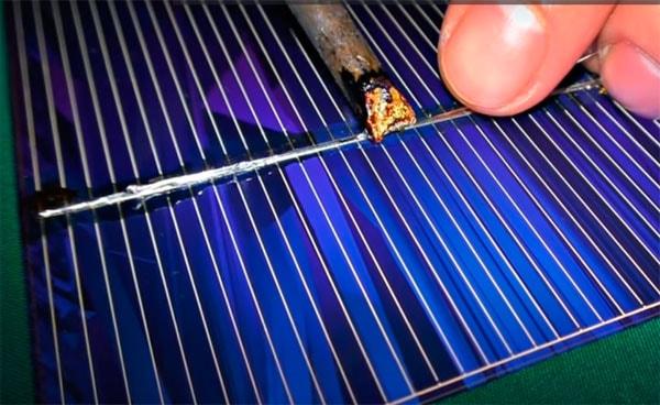 паяем солнечные элементы для панели