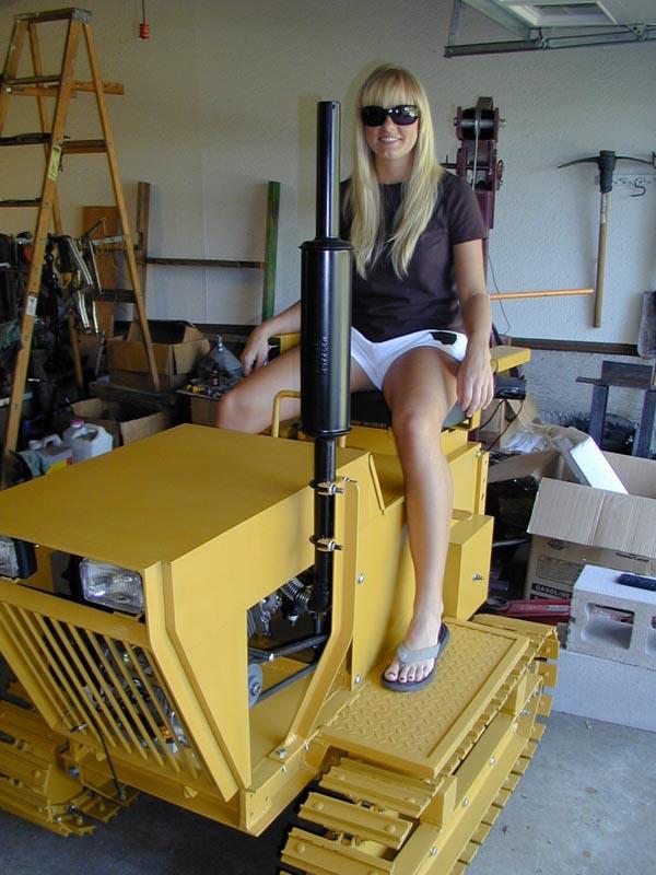 девушка на тракторе
