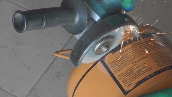 Компактная самодельная коптильня горячего копчения, сделанная из баллона